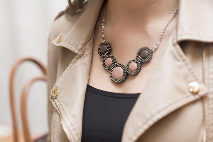 Cipzár nyaklánc, cserélhető, textil bőr gombocskákkal.