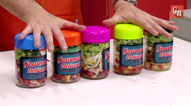 Receita de salada no pote em conserva . Guardando suas saladas em potes de vidro, você pode ter saladas prontas a semana toda e facilitar a sua dieta.