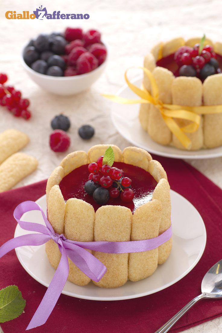 Le minicharlotte con crema diplomatica e frutti di bosco (mini berry charlotte with diplomat cream) sono dei dolcetti monoporzione  rivestiti di biscotti. #ricetta #GialloZafferano #italianfood #italianrecipe