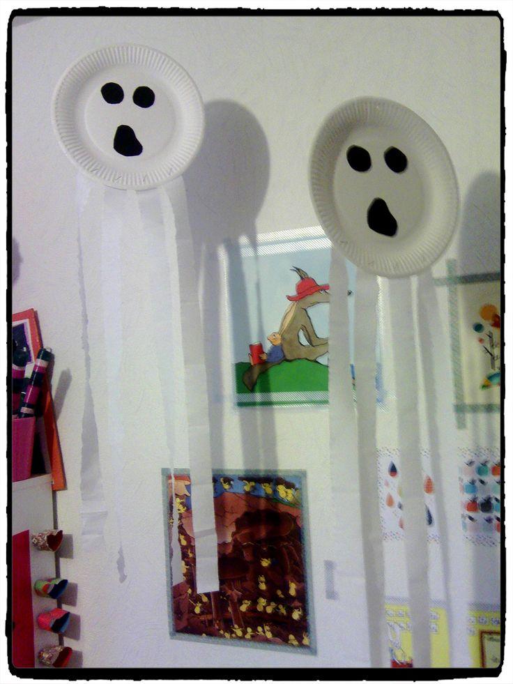 fantomes en assiettes en carton, bricolage halloween, enfant