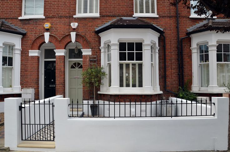 Plastered rendered front garden wall painted white metal wrought iron rail and gate victorian mosaic tile path in black and white scottish pebbles York stone balham london (39)