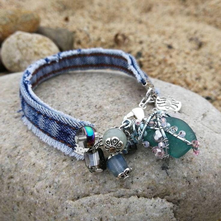 Джинсовый браслет с морским стеклом, камнями и бусинами из стекла и хрусталя
