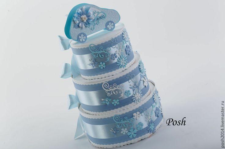 Торт состоит из памперсов 95 шт. Упаковка сделана из дизайнерской бумаги и украшена атласной лентой, цветами, бабочками из бумаги и полубусинами. На верх торта ставится коробочка под небольшой денежный подарок или сертификат в виде машинки.