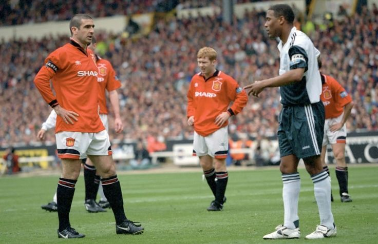 Eric Cantoná del Manchester United ante el Liverpool de John Barnes en la Final de FA Cup 11 de Mayo de 1996.