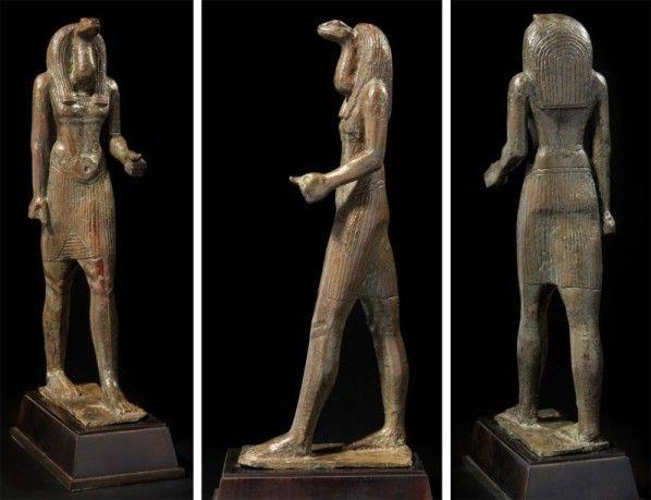Statue votive très rare qui montre un nétèr à tête de serpent : Nehebkaou ?  (Fait partie des dieux primordiaux)  Bronze. Époque Ptolémaïque. H : 20,5 cm, 22,9 cm avec le tenon.