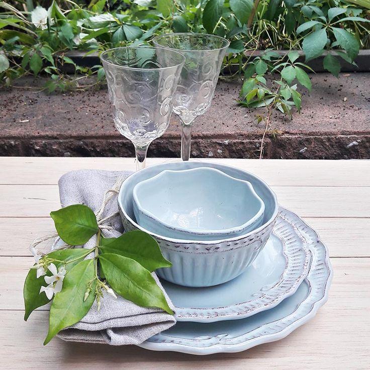 Colores pastel para este verano...loza provenzal celeste y copas vintage para una encantadora mesa en el jardin. Las nuevas propuestas de nuestra tienda online www.labellezadelascosas.cl