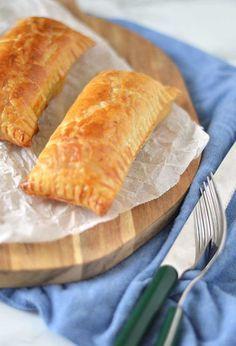 Saucijzenbroodjes zijn eigenlijk niet meer dan gekruid gehakt wat omhuld is met bladerdeeg. Simpel maar o zo lekker. Juist het gehakt moet goed gekruid zijn en het liefst een klein beetje vettig. Knapperig bladerdeeg eromheen en smullen maar! Lees snel hoe jij de lekkerste saucijzenbroodjes zelf maakt.