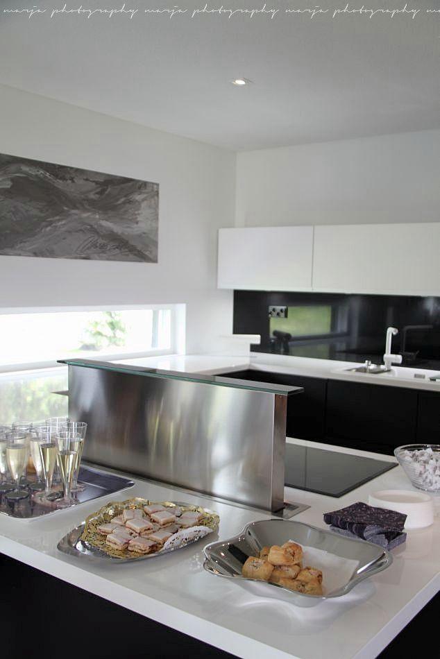 chic ultra modern white kitchen with stainless steel detailing - otoksia sieltä täältä (asuntomessuilta) - Vaaleanpunainen hirsitalo
