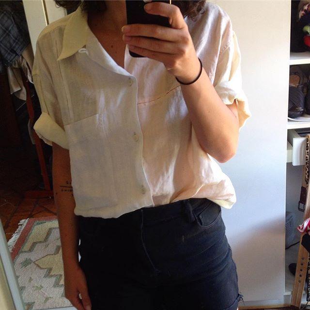 vim pra casa dos meus pais tirar as fotos da semana 4 e achei essa preciosidade no armário do papai. camisa de linho de 1990, da marca extinta mineira fim do mundo. não sei se dá pra ver mas a camisa tem 3 cores e um corte maravilhoso e não vejo a hora de fazer uma semana repetindo! (assim que eu convencer minha mãe a me emprestar)............#moda90s #modaanos90 #anos90 #modasustentavel #repeteroupa #consumominimalista #consumoconsciente #sustentabilidade #modamineira #fimdomundo #ootd