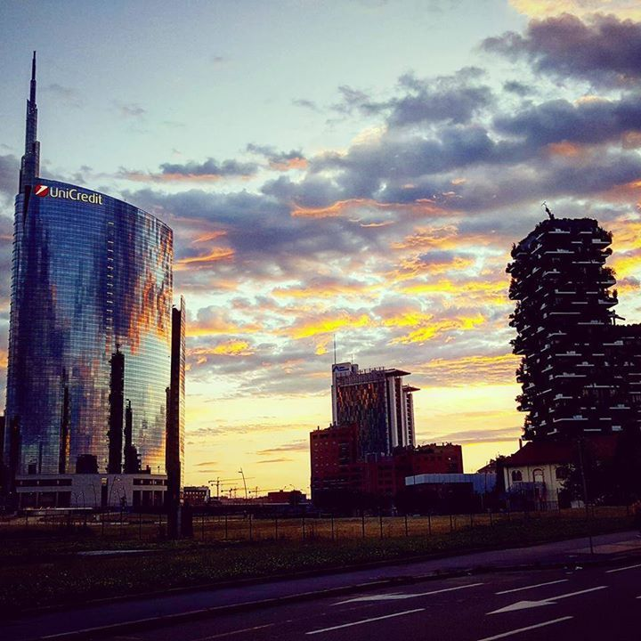 Lo scatto di Antoine Laguerre al Bosco Verticale ed il palazzo Unicredit #milanodavedere Milano da Vedere