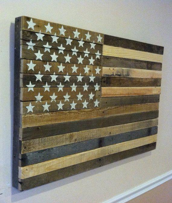 Récupéré le drapeau américain palette suspendu art par Kustomwood                                                                                                                                                                                 Plus