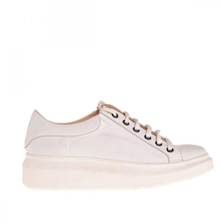 Sneaker en cuero liso con suela de goma