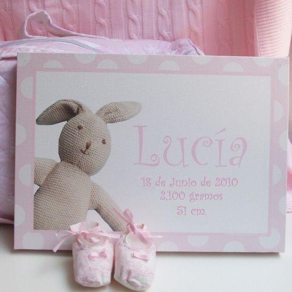 Estos preciosos lienzos personalizados son ideales para decorar la habitación del bebé. El tamaño es de 35 cm x 25 cm, puedes elegir el color: rosa, celeste o beige para que te combine con todo.