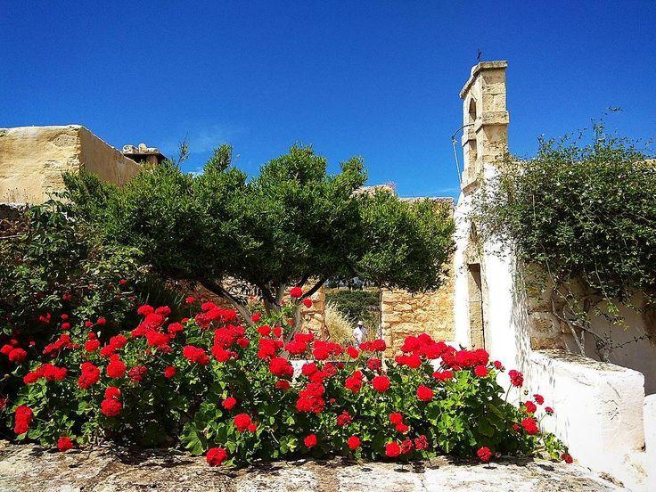 """""""Σὲ μιαν αυλὴ μικρὴ ποὺ τὴν κουνούσε η θάλασσα. Πέρα-δώθε. Μιαν αυλὴ ποὺ μεγάλωνε, χωρούσε λόφους, κάμπους, ποτάμια, κερασιές, καμπαναριά... Θυμάσαι""""  #nofilter #greece #greeksummer #aegeansea #ελύτης"""