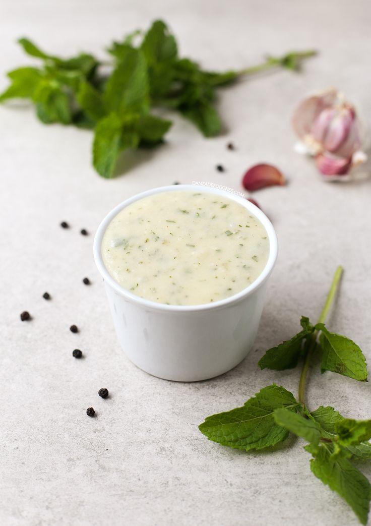 Salsa de yogur vegana, muy fácil de hacer, saludable y deliciosa. He usado yogur de coco, pero puedes usar tu yogur vegano preferido.