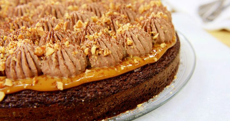 Chokladkaka blir ännu smarrigare med chokladgrädde i snygga toppar överströdd med jordnötter. Som snickers i kakform!