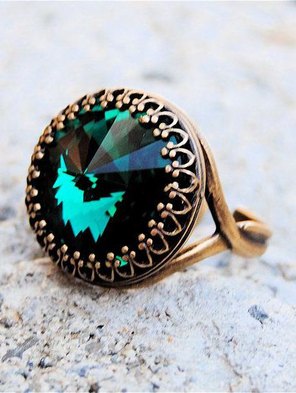 Beautiful antique green emerald and gold ring