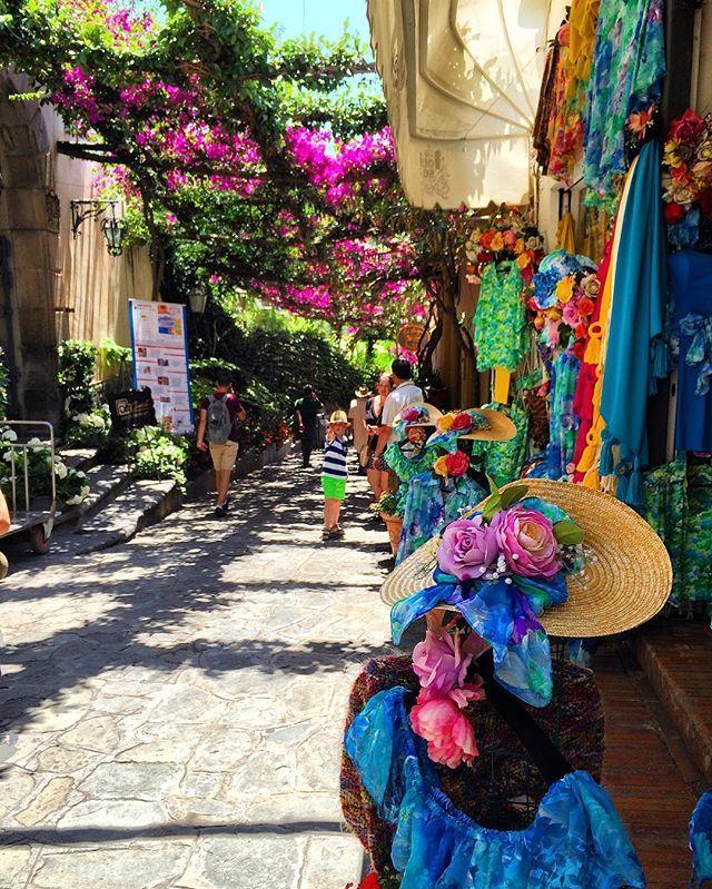Passeggiando per Positano... Location Costiera Amalfitana  #positano #colors #beautiful #italy #italia #details #instapic #instagram #instadaily #picoftheday #photooftheday #top_italia_photo #loves_italia #tourism #positanocoast #volgocampania #ig_campania #italy_photolovers #italia_super_pics #loves_madeinitaly #costieraamalfitana #worldcaptures #igworldclub #amalficoast #worldplaces #worldtravelpic #worldingram #igtravel #vesuviocoast #ig_amalficoast