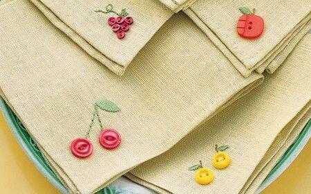 delicadas servilletas de tela decoradas con botones