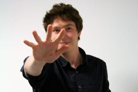 La moutza est le nom grec donné à ce geste de la main, qui consiste à la (ou les) lever à plat vers son interlocuteur. Il signifierait qu'on le maudit pendant cinq générations, lui et sa famille…