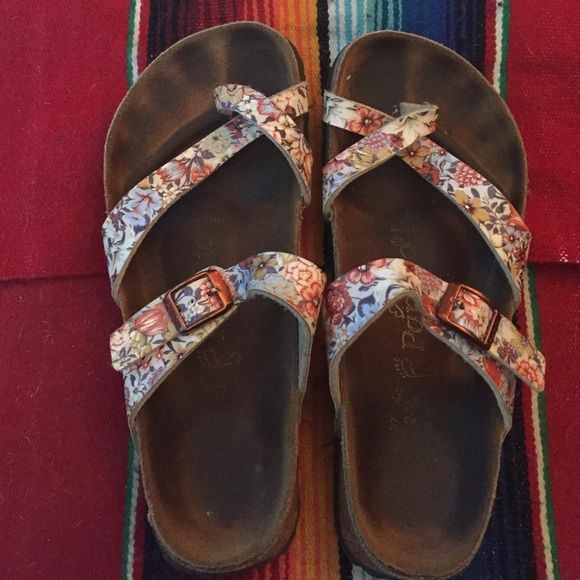 Floral Birkenstocks 37 Floral Birkenstocks I just don't wear anymore. Definitely in worn condition but no damage or signs of extreme use. Size 37! Birkenstock Shoes Sandals