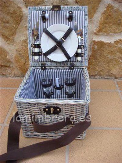 Una de nuestras cesta picnic de mimbre para 2 personas, aquipadas con todo lo necesario. De la comida, ya te encargas tú.