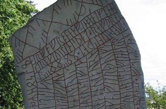 """古代・中世の遺物に刻まれる謎めいた10のルーン文字  ルーンと聞くとうっかりゲーム内の技やアイテムを思い出してしまいがちだがそうではない。""""ルーン""""の語源はもともと、スカンジナビア地方の古代語で""""秘密""""を意味する語である。そこに描かれたルーン文字はとてもミステリアスで人々の興味をかきたてる。"""