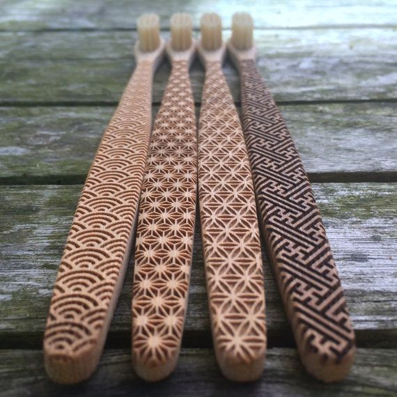 Jeu de 4 x bambou brosses à dents avec un motif géométrique différent gravé sur les deux côtés.  En Angleterre on jette des millions de brosses à                                                                                                                                                                                 Plus