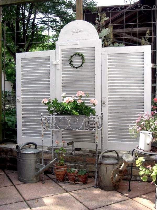Clever louvered shutters privacy backdrop for patio or garden idée pour récup volets