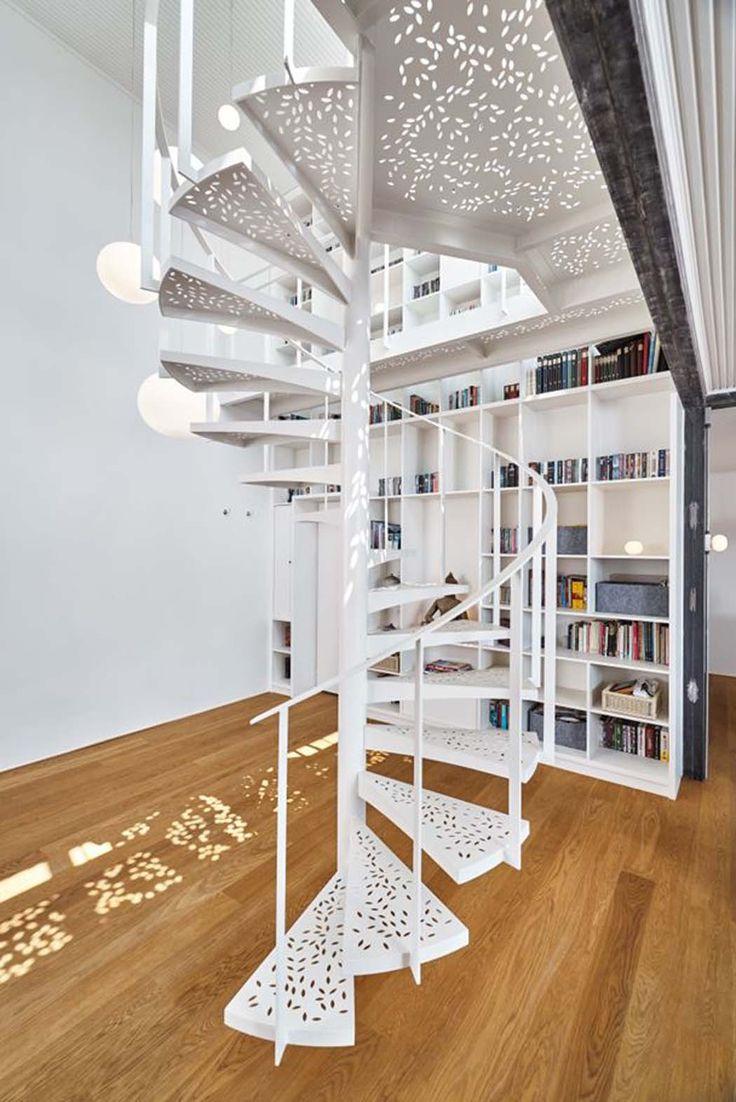 Bel escalier en colimaçon constitue la pièce centrale qui accroche le regard dès l'entrée