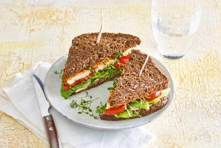 Vega lunch vandaag? Ga voor deze sandwich met tofu, tomaten en hummus. - Recept - Allerhande
