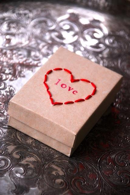 DIY. Coser un corazón en una caja de cartón.