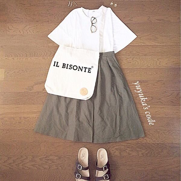 流行りの無地白ティーシャツ秋はどう着る