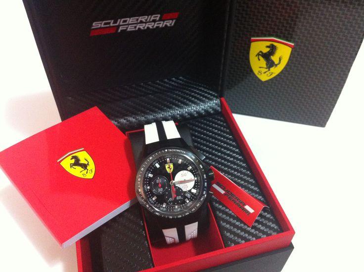 """Ferrari Race Day watch - white wrist strap La linea """"Race Day"""" è pensata per tutti coloro che sognano di guidare un'auto da corsa Ferrari. Ispirato alle monoposto di Formula 1, questo orologio da 44 mm, con 3 quadranti ausiliari e movimento al quarzo (o crono) nei colori iconici Ferrari (nero, rosso, giallo e bianco) ha un cinturino che ricorda la forma delle prese d'aria delle storiche vetture di Maranello e una chiusura di sicurezza a forma di Scudetto."""