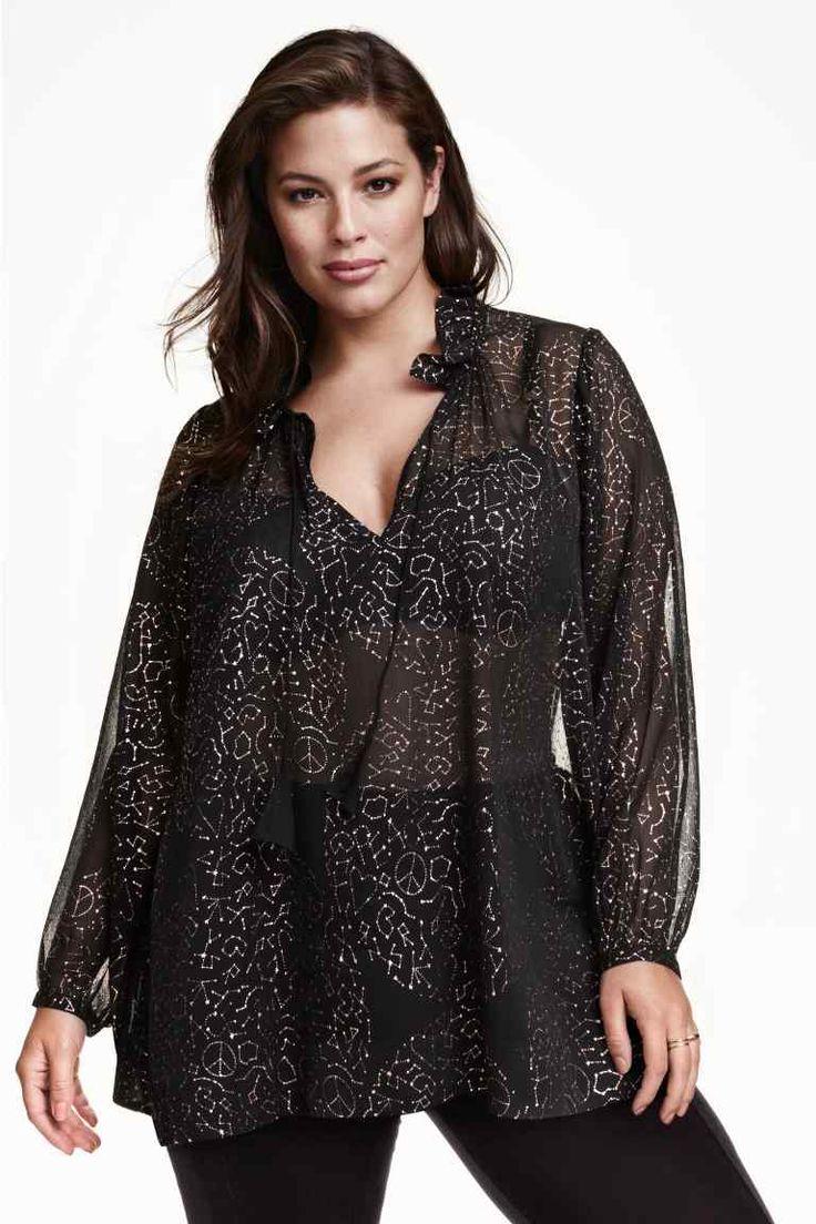 H&M+ Blusa en gasa estampada: Blusa amplia en gasa craquelada con estampado con acabado metalizado. Escote de pico con volantes y tiras de atar, y mangas largas.