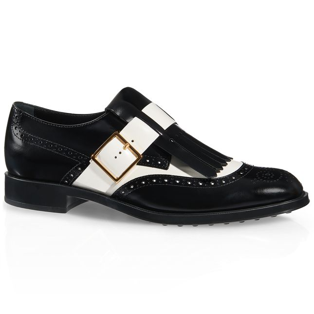 Monk strap slip-on in elegante pelle spazzolata bicolore, con bucature all'inglese, maxi frangia, cinturino con fibbia laterale in metallo e suola in gomma con gommini a rilievo.