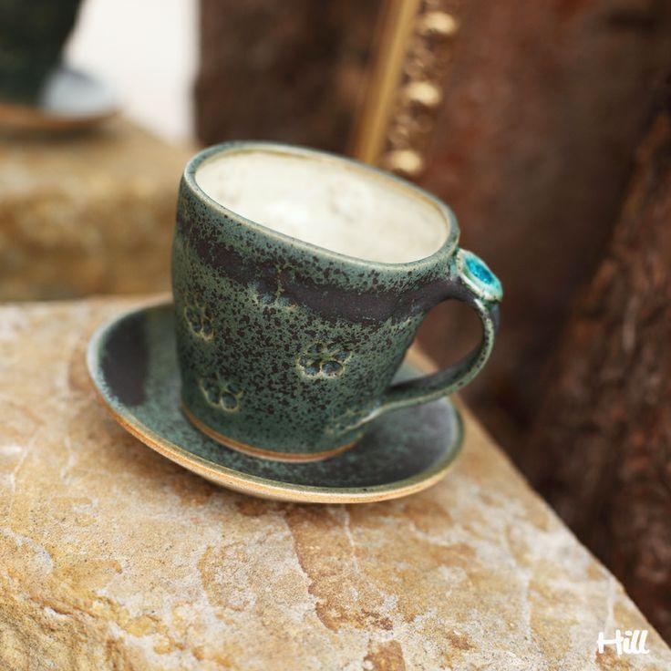 Ťapičkový na kávičku Kameninový točený hrnek s podšálkem, glazovaný zelenou glazurou a uvnitř světlý. Obsah cca 150 ml Může do myčky i mikrovlnky. Každý kousek originál.
