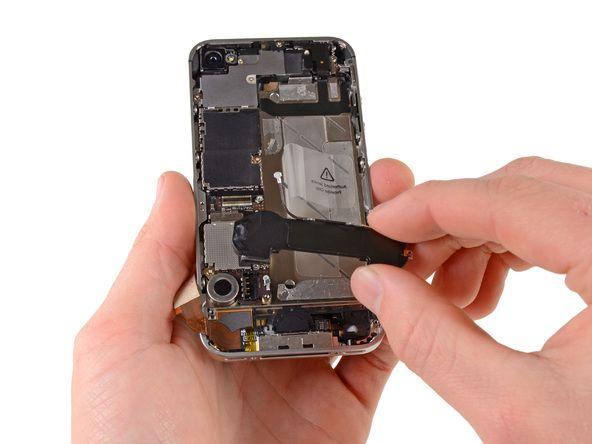 10. a) Fjern højttalerkabinettets montering. b) Før du geninstallerer højttalerkabinettets monteringsskruer, så sørg for at Wi-Fi-jordingsfingrene er installeret under læben i iPhonens metalcover, lige som på det tredje billede.