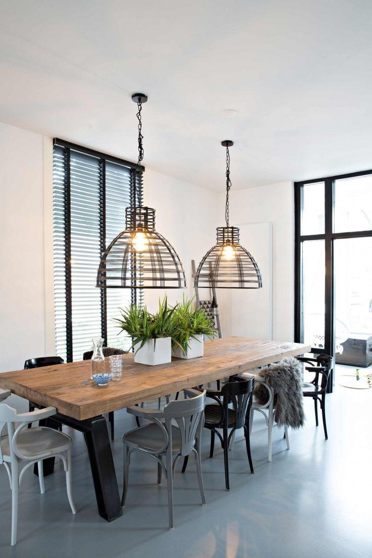 Houten eettafel met industriële lampen | Wooden dining table and industrial lamps | vtwonen binnenkijken special 12-2017 | Fotografie Sandra Aartman | Styling Evelien Hillebrand