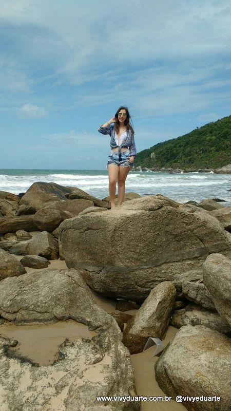 Vivy Duarte: Look do Dia: Biquíni Branco e Camisa Colorida