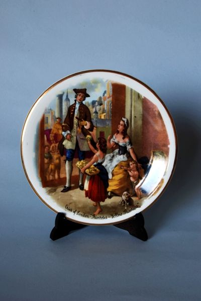 Platito de cerámica Inglesa. Representando escena costumbrista y fileteado dorado. Clásico y de depuradas lineas.