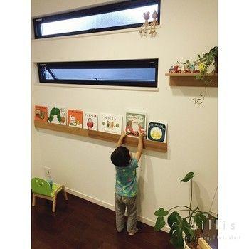 長押のくぼみは本の収納にぴったりです。窓の下や、カウンターキッチンの壁などちょっとした壁の空きスペースを利用することで、こんなに素敵なカフェ風のウォールシェルフが簡単にできちゃいます。