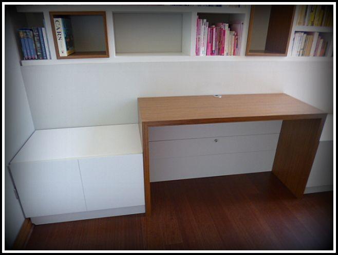 Detalle de escritorio con cajones de apertura superior a ambos costados y en dos tonos