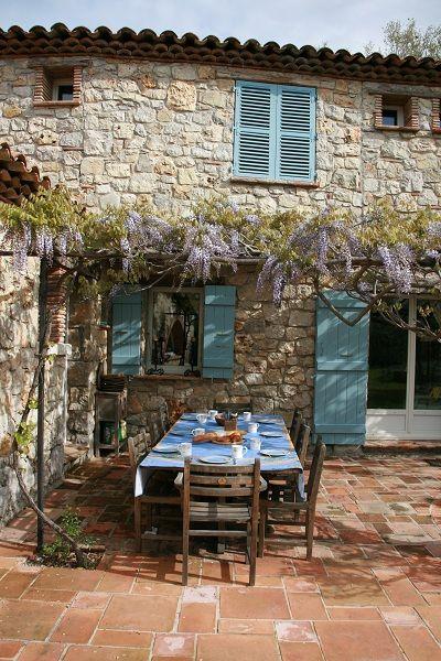 Maison provençale avec une terrasse à l'ombre de la glycine ! #architecture #pierres #été