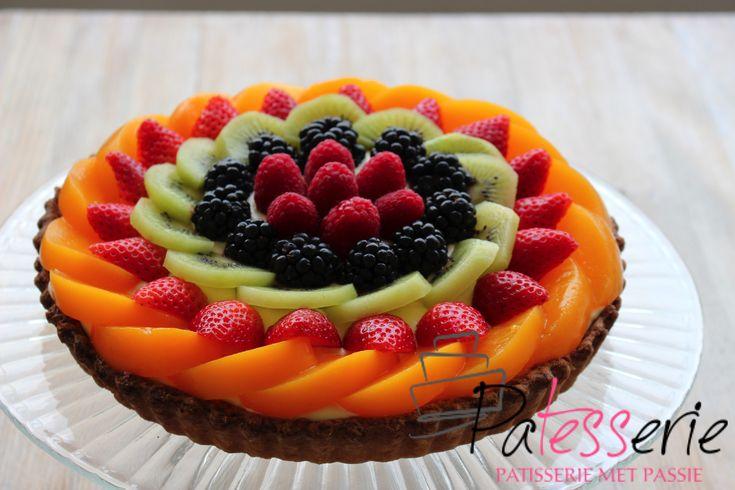 Recept voor een heerlijke Tropische Fruit Vlaai met vulling van mango en passievrucht en gedecoreerd met veel vers fruit