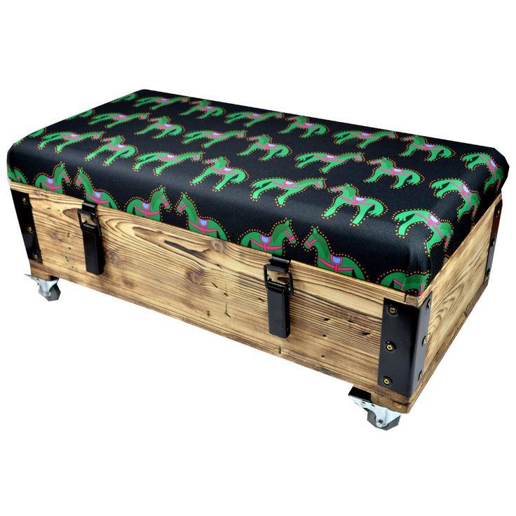 Designerska skrzynia z folkową tkaniną .Owoc współpracy z Wood You Like.
