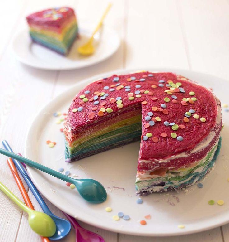Vos enfants vont adorer ce gâteau de crêpes aux couleurs de l'arc-en-ciel. Dans le même style que le rainbow cake, je l'ai garnie d'une crème chantilly mascarpone.