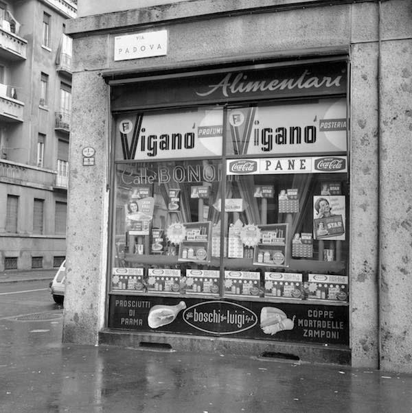 Vecchie botteghe italiane  La salumeria Beltramini in via Padova a Milano, nel novembre del 1963. (FARABOLAFOTO Ansa) #milano