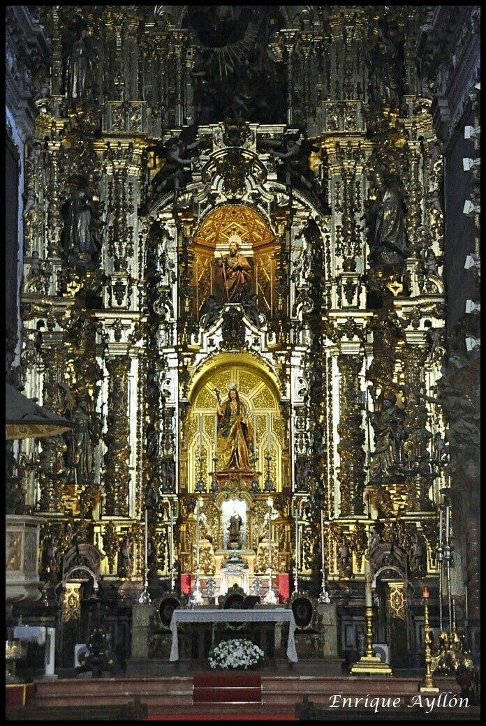 Real Parroquia de Santa María Magdalena, Sevilla  El retablo mayor barroco fue realizado a principios del siglo XVIII. Mide 18 metros de altura y consta banco y 2 cuerpos. Se distribuyó en tres calles separadas por columnas salomónicas. Fue restaurado en el año 2013 gracias al patrocinio de la Real Maestranza de Caballería de Sevilla