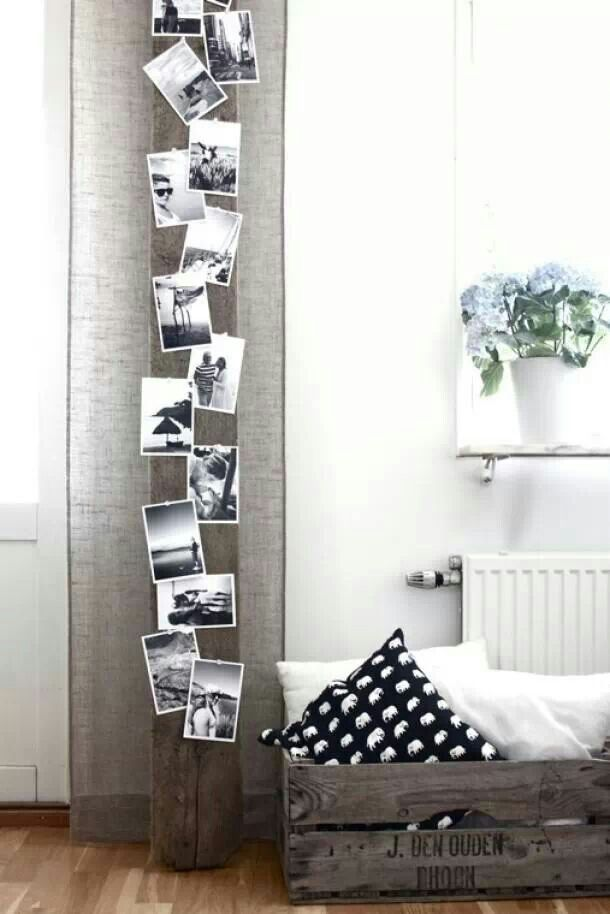 Tegen het kleine muurtje als je binnenkomt. Foto's op een plank, vastgezet met punaises - www.welke.nl